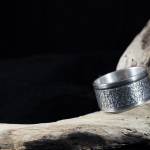 1e gehalte zilver,-sterling zilver,_925 zilver_ breed,_profiel,_draairing_middenring_ring_ man_stoer_matte afwerking_gezwart_blitz- beits_goudsmid_edelsmid_Breda_sieraden_ handgemaakt