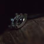 1e gehalte zilver_sterling zilver_925 zilver_ hanger_vierkant_draad_hol_bol_drie_zwart_ parel_verbonden_verbinden_verbinding_vijf_ delen_leren_koord_slotje_goudsmid_edelsmid _Breda_sieraden_handgemaakt
