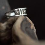 1e gehalte zilver_sterling zilver_925 zilver_ ring_horizontaal_hoefijzer vorm_ruimte_ taps_bolletjes_opengewerkt_goudsmid_ edelsmid_Breda_sieraden_handgemaakt