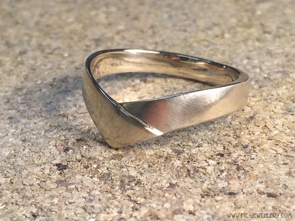 14 karaat_witgoud_ring_handgemaakt_v-vorm_ vogel_gemengd_afwerking_ambachtelijk_voor_na_ make over_makeover_goudsmid_edelsmid_ Breda_sieraden