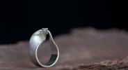 1e gehalte zilver_sterling zilver_925 zilver_ ring_band_möbius_tweedimensionaal_loop_ oppervlak_Escher_lint_structuur_profiel_ walsen_mieren_rooster_mat_gematteerd_ hoogglans_goud_zetting_vierkant_zetkast_ gouden_14 karaat_geometrisch_imperfect_ imperfectie_kubus_diamant_cube_vorm_ruw_ ruwe diamant_diamond_diamond cubes_ geelgoud